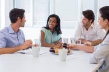 companeros-de-trabajo-charlando-en-la-sala-de-juntas-mientras-disfrutan-de-cafe-y-magdalenas_13339-43356
